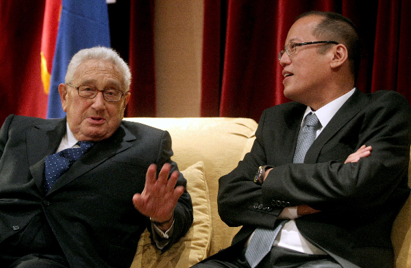 Philippines President Benigno Simeon Aquino III speaking with Dr. Henry Alfred Kissinger, former US Secretary of State, in New York on Sept. 23, 2010.