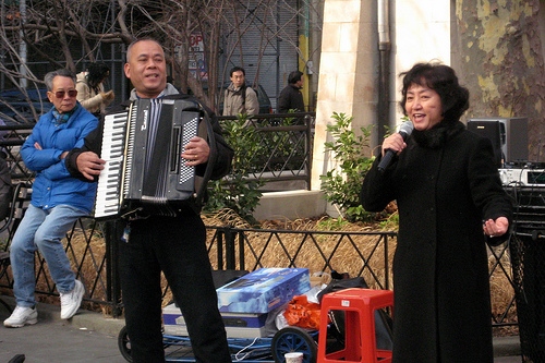 Singers at Columbus Park, in New York's Chinatown - Photo: Wallyg/flickr